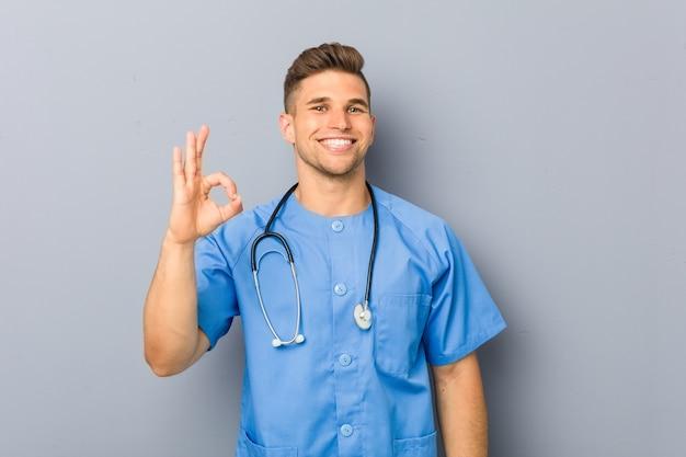 Jonge verpleegstersmens vrolijk en zeker tonend ok gebaar. Premium Foto