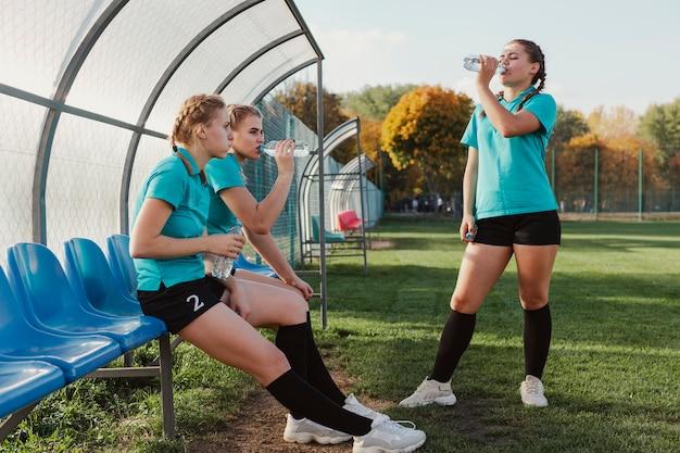 Jonge voetballers drinkwater Gratis Foto