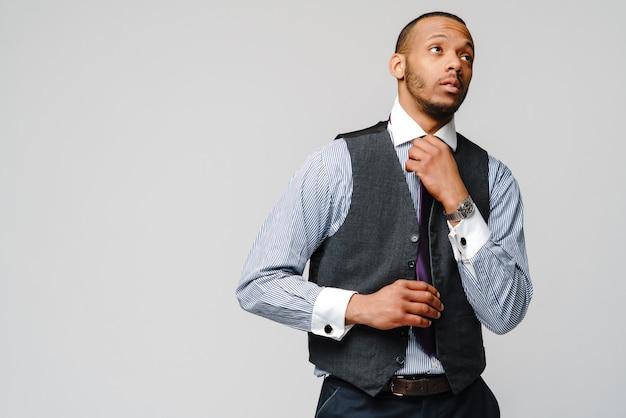 Jonge volwassen afro amerikaanse zakenman met het vermoeide en zieke schot van de uitdrukkingsstudio. Premium Foto