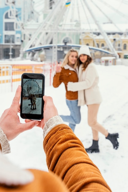 Jonge vrienden buiten fotograferen Gratis Foto