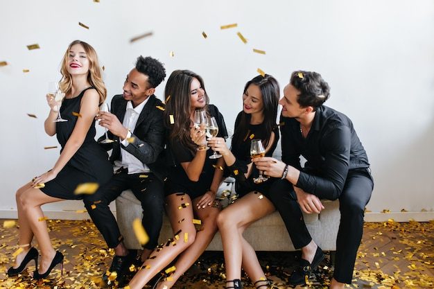 Jonge vrienden die plezier hebben en champagne drinken op het feest Gratis Foto