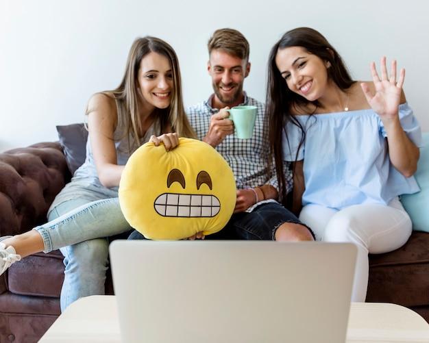 Jonge vrienden met een videoconferentie Gratis Foto