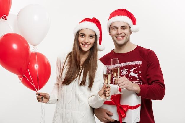 Jonge vriendin houden ballon en champagne spelen en vieren met haar vriendje Premium Foto