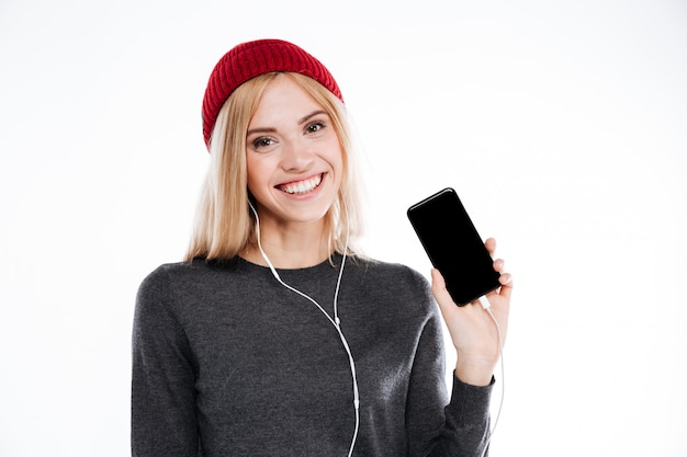 Jonge vrij leuke jonge vrouw met oortelefoons het luisteren muziek Gratis Foto