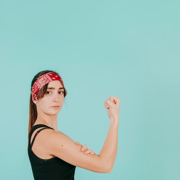Jonge vrouw aanraken van biceps Gratis Foto