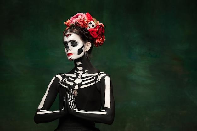 Jonge vrouw als santa muerte saint dood Gratis Foto