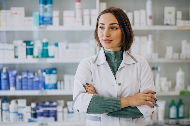 Jonge vrouw apotheker bij apotheek Gratis Foto