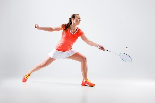 Jonge vrouw badminton spelen Gratis Foto