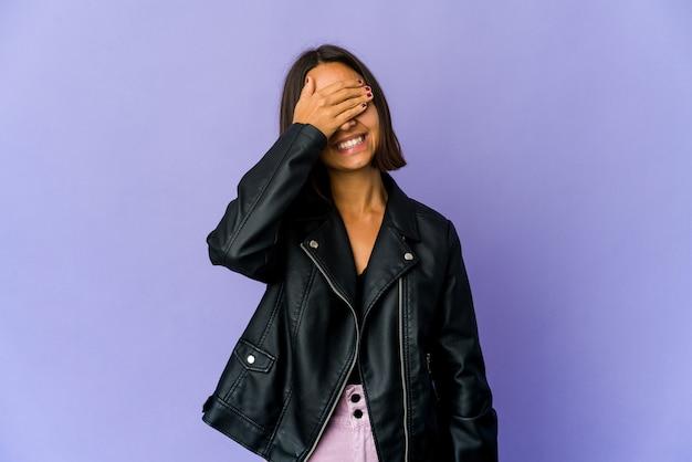 Jonge vrouw bedekt ogen met handen, brede glimlach wachtend op een verrassing Premium Foto