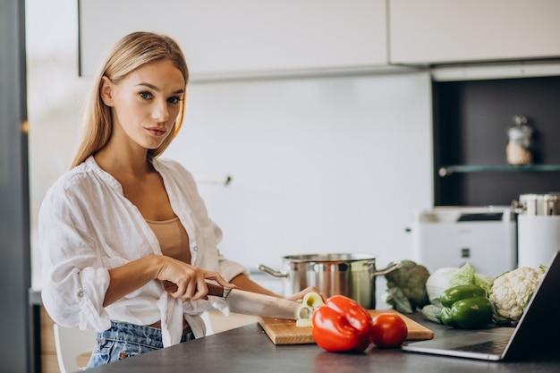 Jonge vrouw bereiden van voedsel in de keuken Gratis Foto