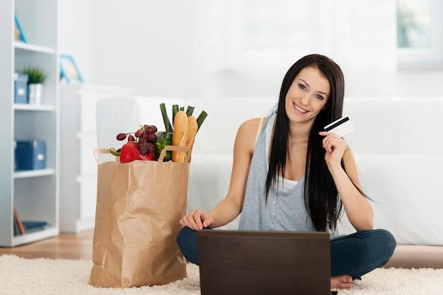 Jonge vrouw boodschappen online kopen Gratis Foto