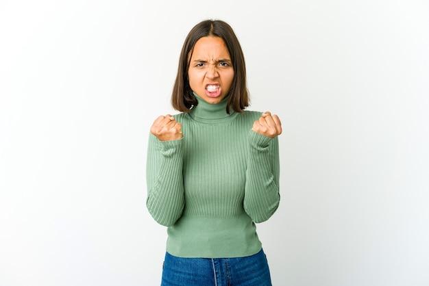 Jonge vrouw boos schreeuwen met gespannen handen Premium Foto