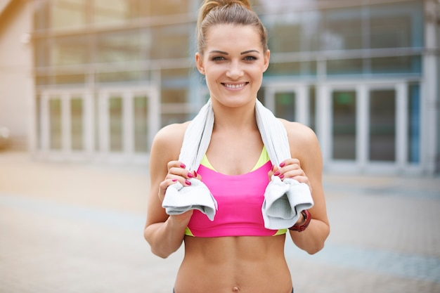 Jonge vrouw buiten uitoefenen. vrouw na vermoeiende training in de sportschool Gratis Foto