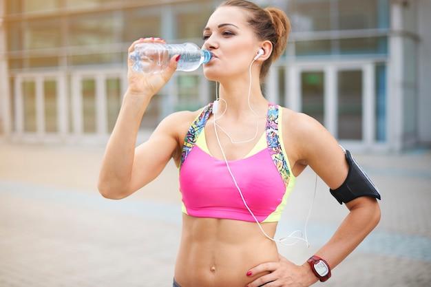 Jonge vrouw buiten uitoefenen. water is erg belangrijk in de dagelijkse voeding Gratis Foto