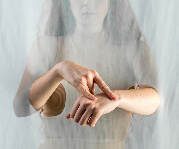 Jonge vrouw communiceren via gebarentaal Premium Foto