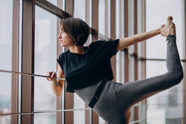 Jonge vrouw die bij de gymnastiek uitoefent Gratis Foto