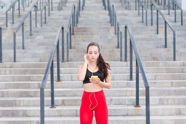 Jonge vrouw die bij de straat uitwerkt Gratis Foto