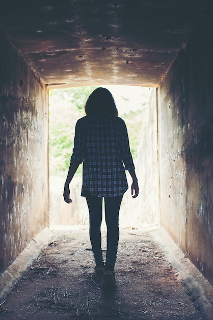 Jonge vrouw die een eenzame tunnel Gratis Foto