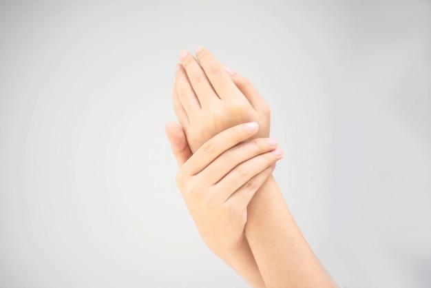 Jonge vrouw die een hand gebruikt wrijft room Premium Foto