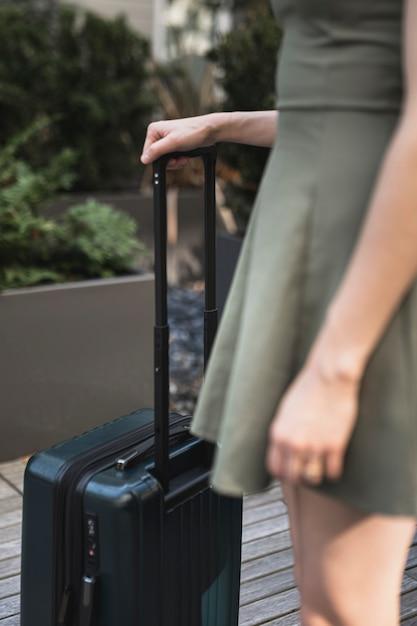 Jonge vrouw die een koffer houdt Gratis Foto