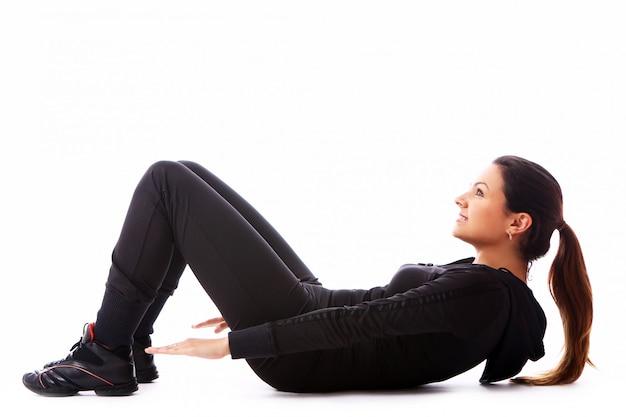 Jonge vrouw die geschiktheidsoefeningen doet Gratis Foto