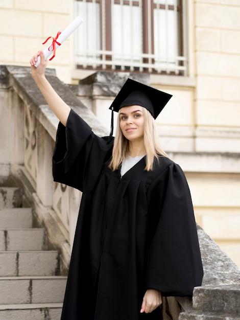Jonge vrouw die graduatietoga draagt Gratis Foto