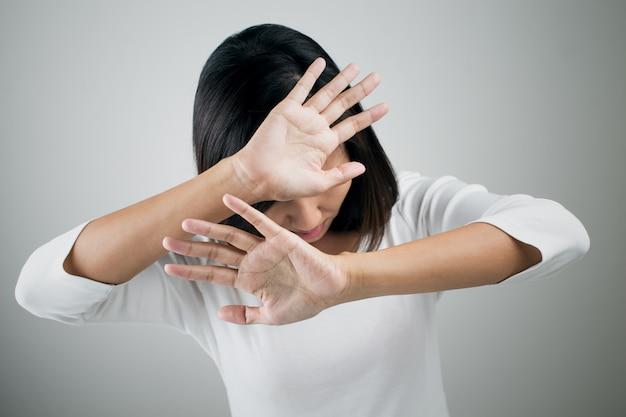 Jonge vrouw die haar ontkenning zonder op haar hand toont Premium Foto