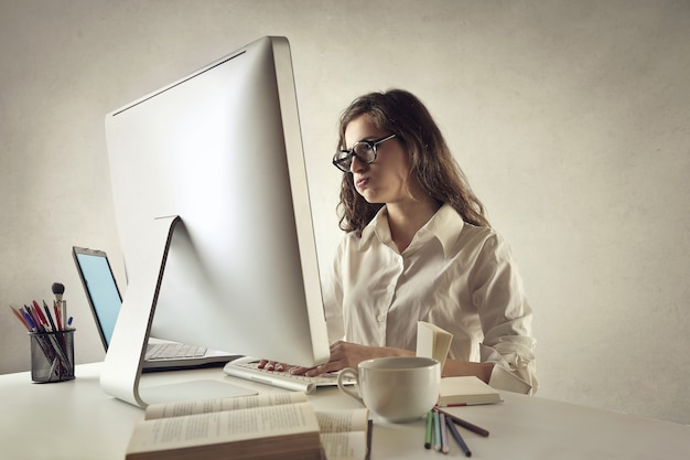 Jonge vrouw die hard werkt Premium Foto
