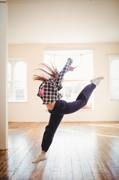 Jonge vrouw die hiphopdans beoefent Gratis Foto