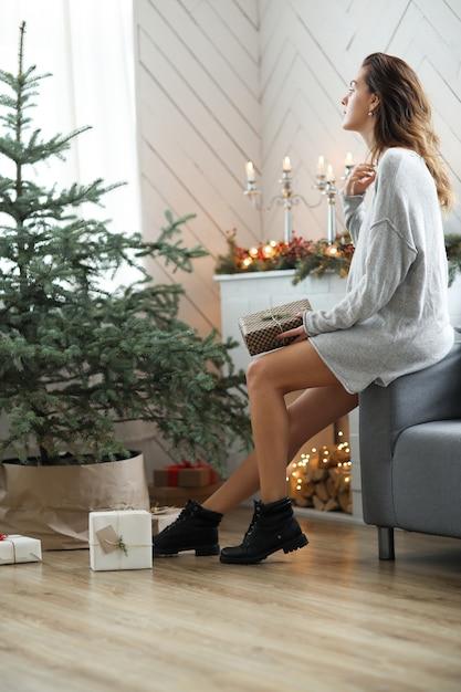 Jonge vrouw die kerstdag vieren Gratis Foto