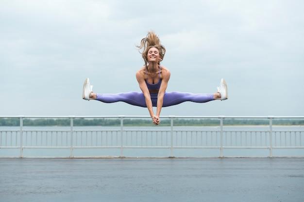 Jonge vrouw die lang schot springt Gratis Foto