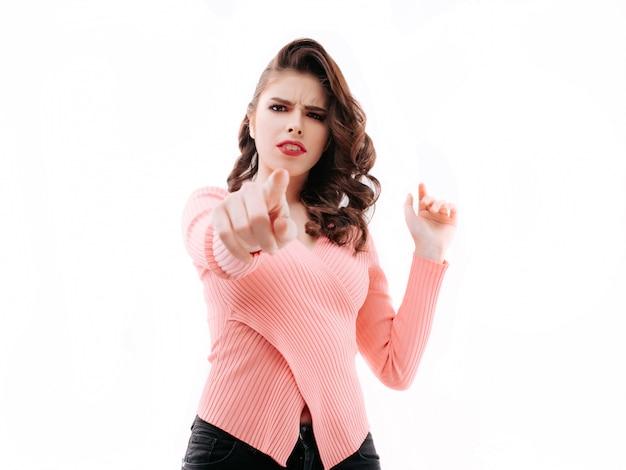 Jonge vrouw die met haar vinger richt Premium Foto