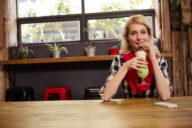 Jonge vrouw die mocktail drinkt Premium Foto