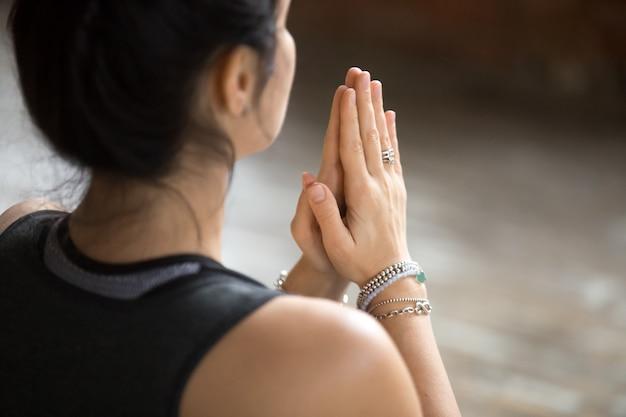 Jonge vrouw die namaste gebaar, close-up doet Gratis Foto