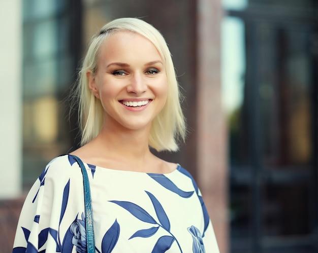 Jonge vrouw die op de straat loopt Premium Foto