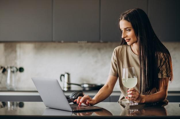 Jonge vrouw die op laptop van huis werkt Gratis Foto