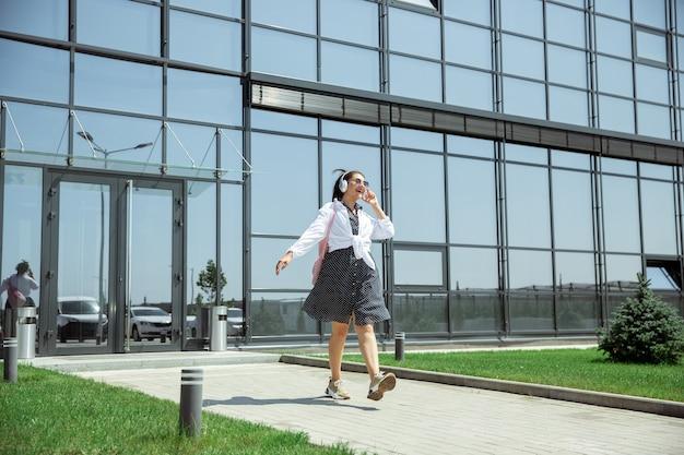 Jonge vrouw die op vertrek in luchthaven wacht Gratis Foto