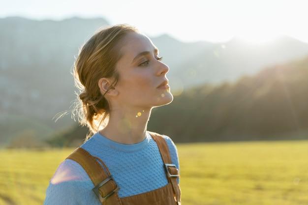Jonge vrouw die opheffend haar hoofd kijkt Premium Foto