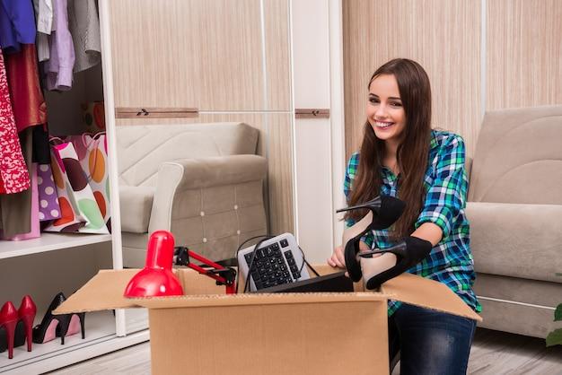 Jonge vrouw die persoonlijke bezittingen inpakt Premium Foto