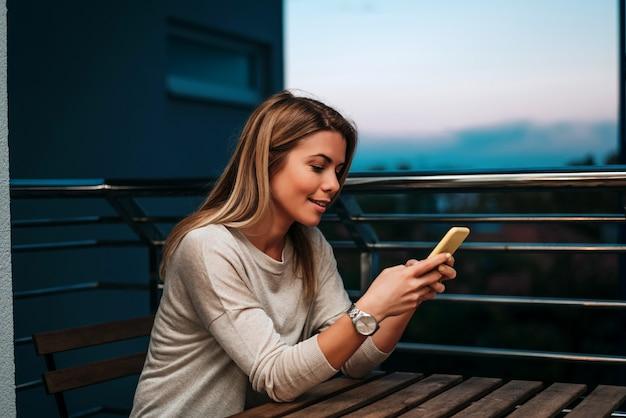 Jonge vrouw die smartphone gebruiken bij nacht. Premium Foto
