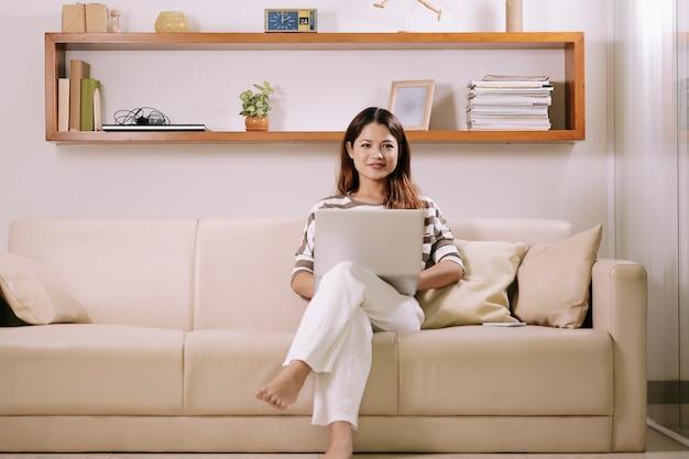 Jonge vrouw die van huis werkt Gratis Foto