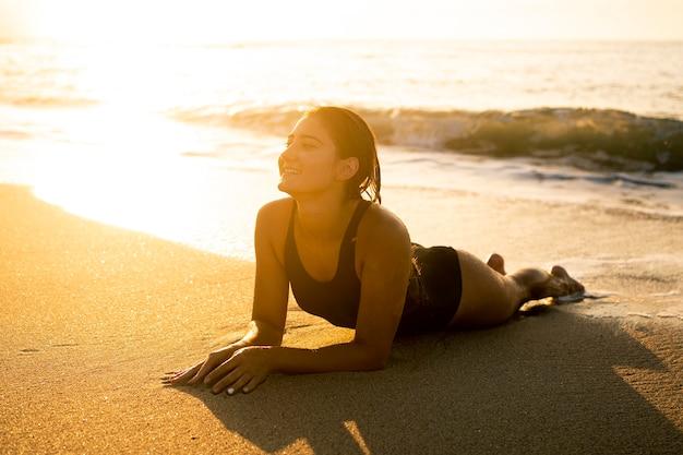 Jonge vrouw die van tijd op het strand geniet Premium Foto