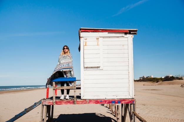 Jonge vrouw die zich voordeed aan de kust Gratis Foto