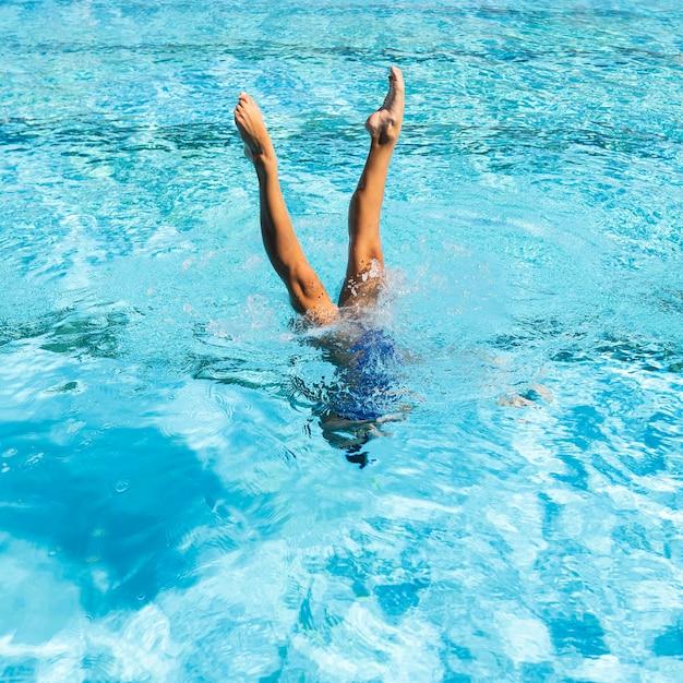 Jonge vrouw die zich voordeed bij het zwembad Gratis Foto