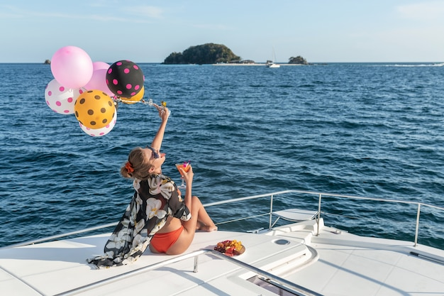 Jonge vrouw die zich voordeed op een jacht Premium Foto