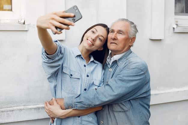 Jonge vrouw en haar grootvader die een selfie nemen Gratis Foto
