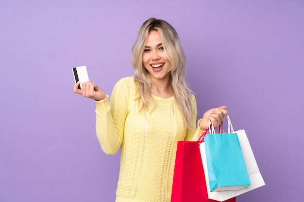 Jonge vrouw gaat winkelen Premium Foto