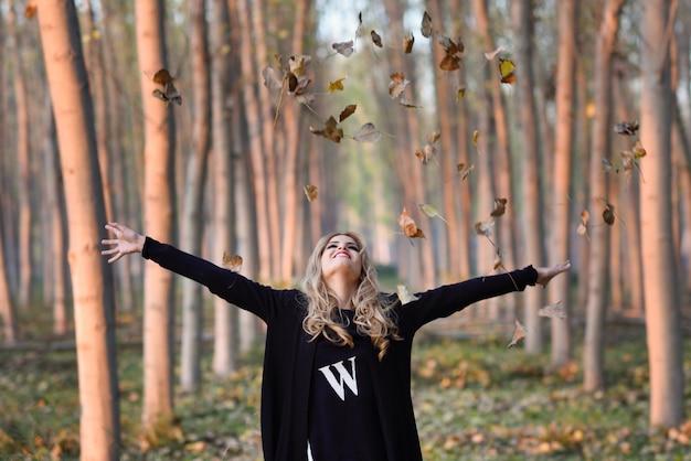 Afbeeldingsresultaat voor herfstbladeren gooien