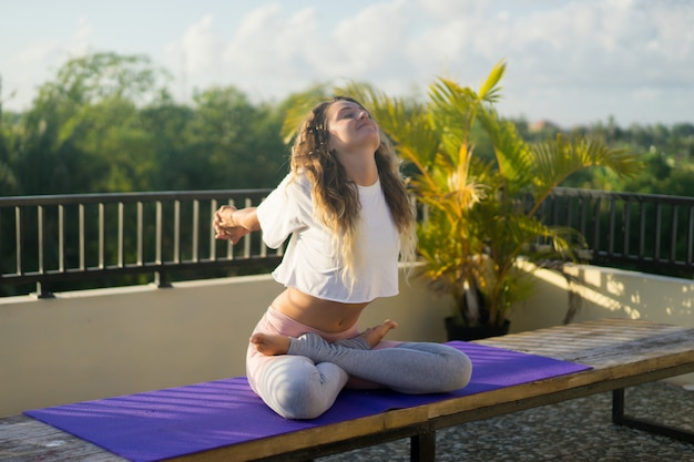 Jonge vrouw het praktizeren yoga Gratis Foto