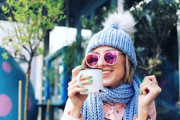 Jonge vrouw in de winter met gebreide muts en sjaal Premium Foto
